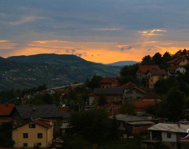 Zonsondergang met uitzicht over Sarajevo